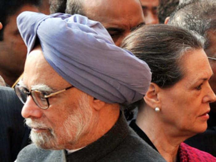 पूर्व पीएम मनमोहन सिंह और पूर्व कांग्रेस अध्यक्ष सोनिया गांधी (फाइल फोटो)