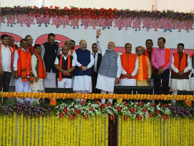 शपथग्रहण समारोह में गुजरात के मंत्रियों के साथ पीएम मोदी