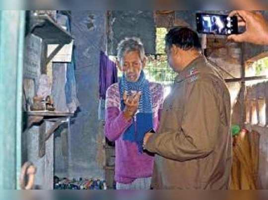 সত্কারের 'অর্থ নেই', বোনের দেহ আগলে চিকিত্সক দাদা