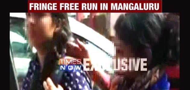 देखें, नैतिकता के ठेकेदारों ने पुलिस के सामने लड़कियों को पीटा