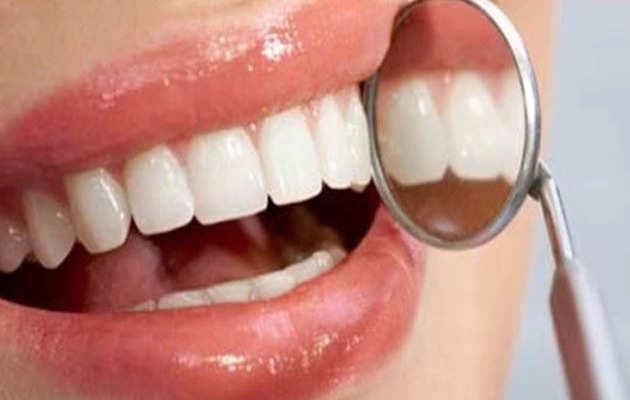 इन 4 घरेलू उपायों से पाएं चमकते सफेद दांत