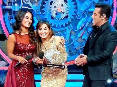 विजेता ट्रोफी के साथ शिल्पा शिंदे