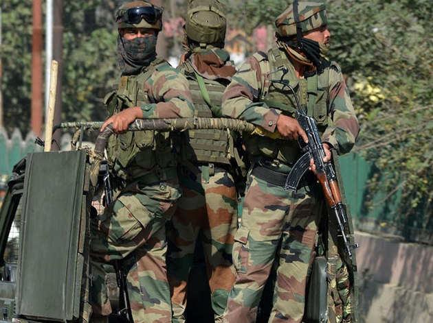 फाइल फोटो: जम्मू कश्मीर में तैनात सुरक्षाकर्मी