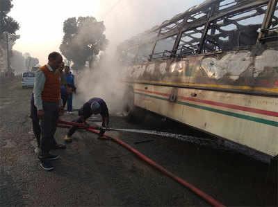 बस की आग बुझाते दमकल कर्मी
