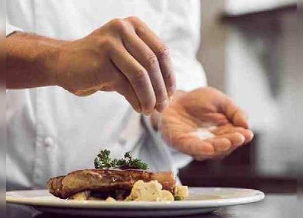 अधिक नमक खाने पर हो सकती हैं बीमारियां