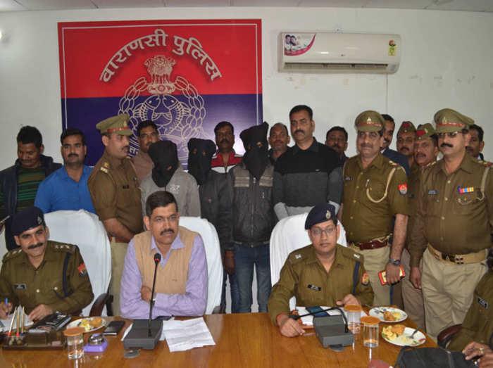 गिरफ्तार युवकों के साथ पुलिस टीम