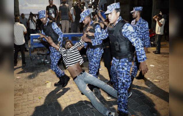 सुरक्षाबलों को किसी को गिरफ्तार करने की शक्ति