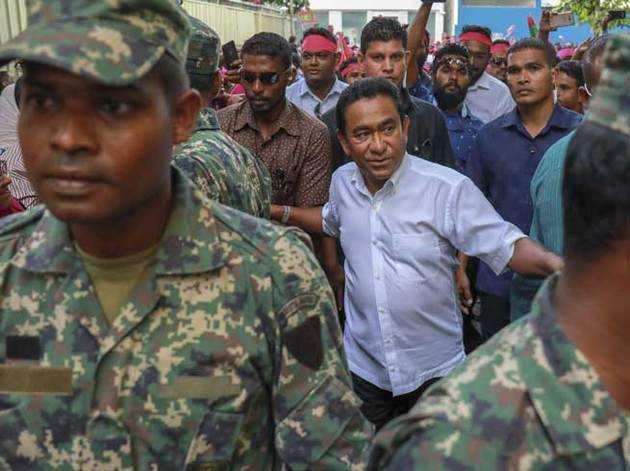 मालदीव के राष्ट्रपति अब्दुल्ला यामीन (सफेद शर्ट में)