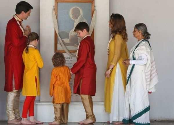 गांधी जी की तस्वीर के सामने ट्रूडो परिवार