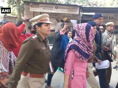हनीप्रीत को कोर्ट में ले जाते पुलिसकर्मी