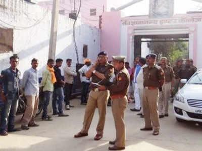 स्कूल के बाहर घटना स्थल पर पहुंची पुलिस