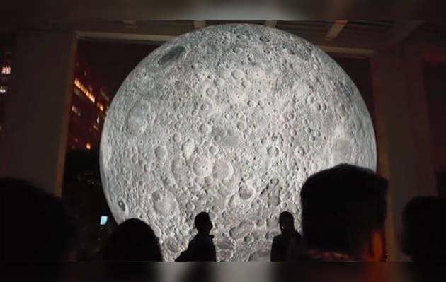 राजधानी में एक साथ दिखे दो चांद, लोगों ने उठाया लुत्फ