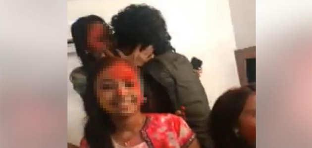 जबरन किस करने के मामले में महाराष्ट्र सरकार ने दिए जांच के आदेश