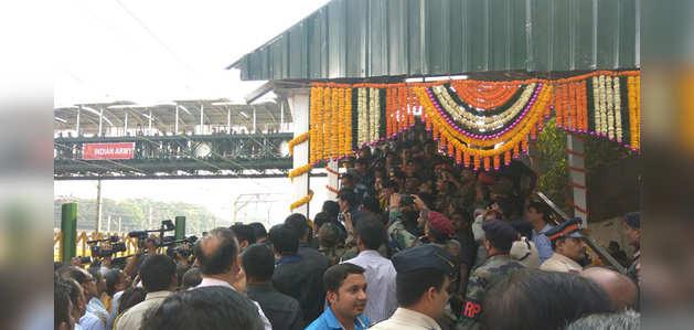 मुंबई के एलफिंस्टन रोड स्टेशन पर फुटओवर ब्रिज का हुआ उद्घाटन