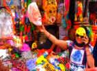 लखनऊ में होली पर बाजार में प्रधानमंत्री नरेंद्र मोदी के मुखौटों का क्रेज