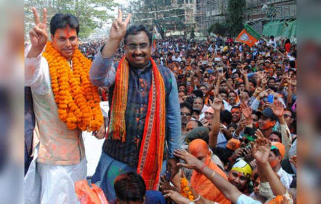 जीत का जश्न मनाते बीजेपी नेता राम माधव और विपल्व कुमार देव