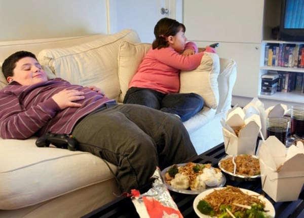 टीवी देखते हुए खाना खाना