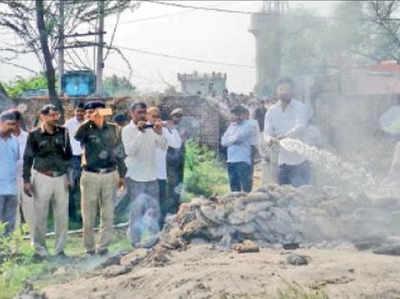पुलिस ने जलती चिता से निकलवाई लाश