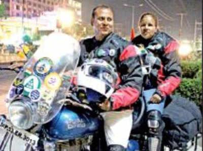 बाइक पर भारत भ्रमण में निकले दिलीप और पूजा
