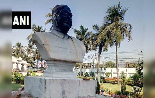 श्यामा प्रसाद मुखर्जी की मूर्ति के साथ की गई छेड़छाड़