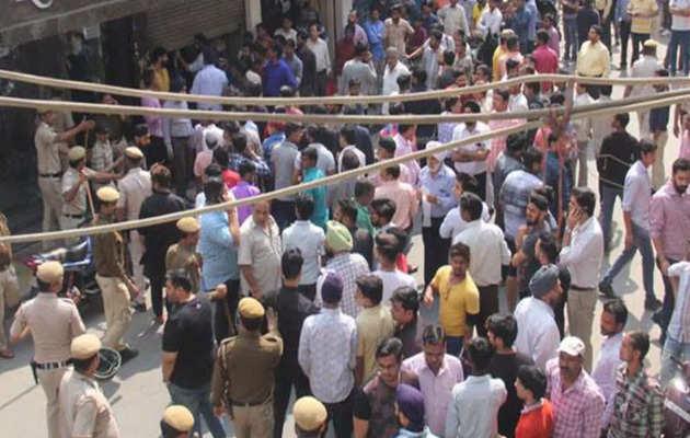 दिल्ली: सबसे बड़ी सीलिंग, विरोध में किसी का सिर फटा, कोई बेहोश