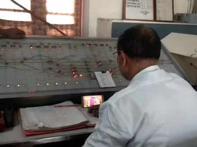 ड्यूटी पर तैनात स्टेशन मास्टर फिल्म देखते में तल्लीन.