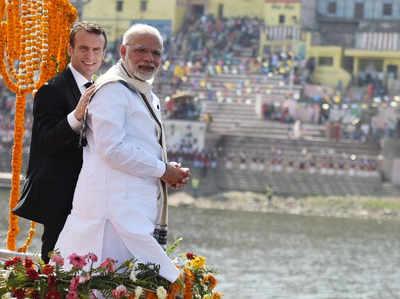 'PM के दौरे पर गिरते नाले की बदबू को छिपाने को गंगा नदी में डाला 300 लीटर सेंट'
