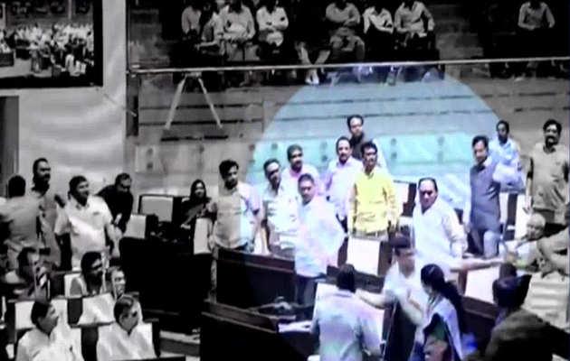गुजरात विधानसभा के अंदर कांग्रेस और बीजेपी के विधायक के बीच झड़प