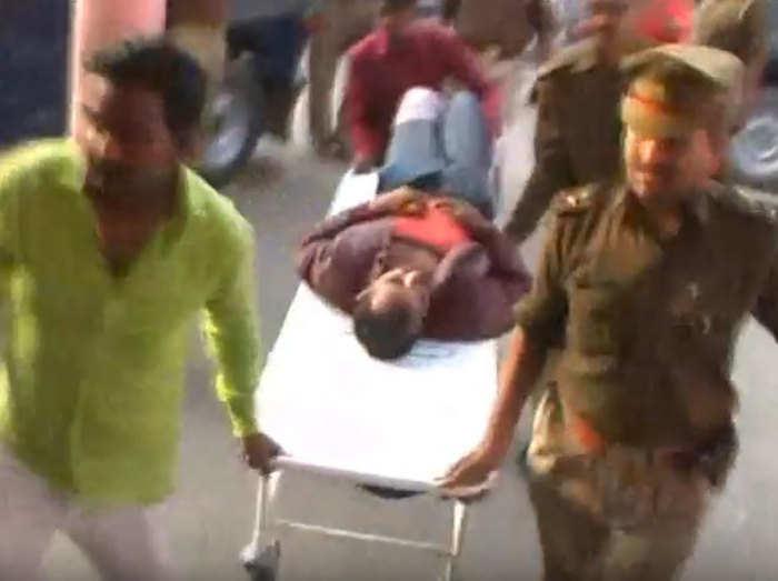 घायल बदमाश को अस्पताल ले जाती पुलिस