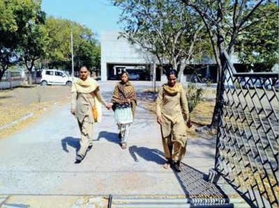 मंजू को सुनवाई के लिए कोर्ट ले जाती पुलिस