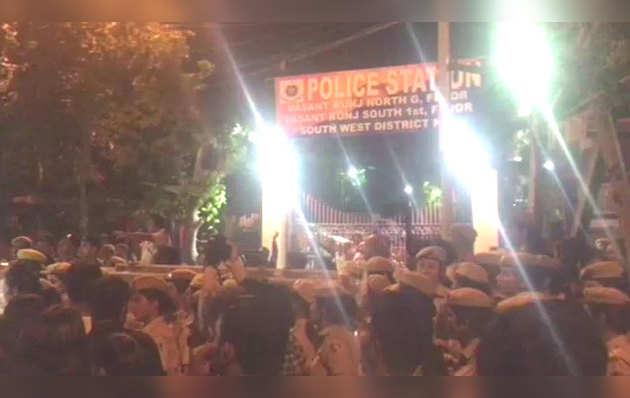 जेएनयू: प्रफेसर की गिरफ़्तारी की मांग करते छात्रों का विरोध प्रदर्शन हुआ उग्र