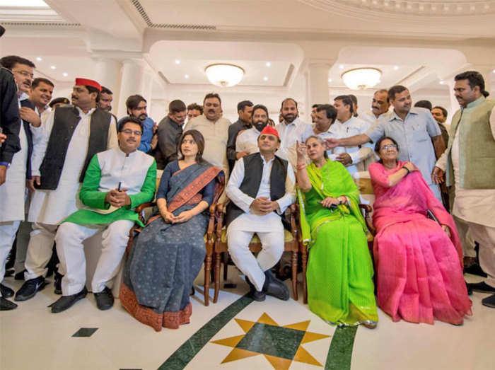 विधायकों के साथ डिनर पर अखिलेश यादव, जया बच्चन और डिंपल