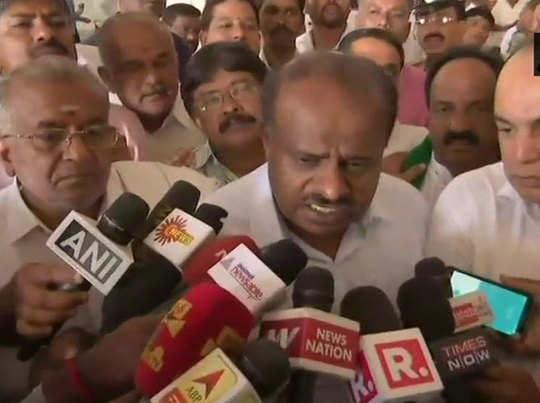 पत्रकारों से बात करते एचडी कुमारास्वामी