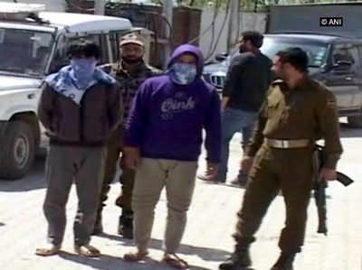 गिरफ्तार ओवर ग्राउंड वर्कर को पूछताछ के लिए ले जाते पुलिसकर्मी (ANI)