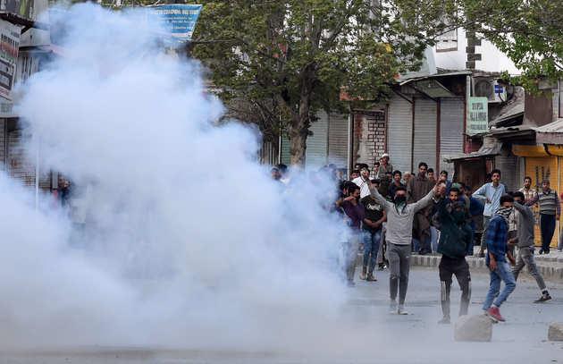 कश्मीर में हिंसक प्रदर्शन के बाद तनाव
