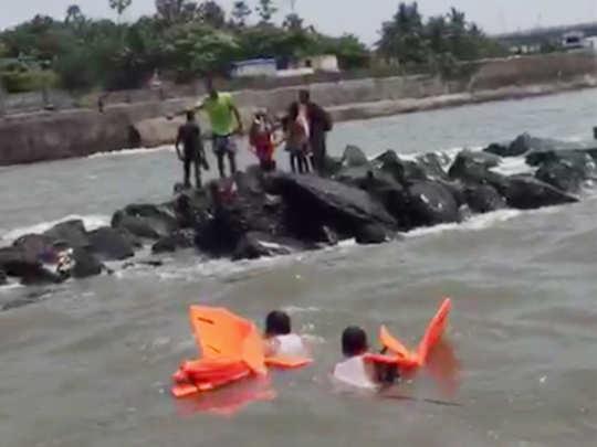 समुद्रात बुडणाऱ्या ११ जणांना पोलिसांनी वाचवलं
