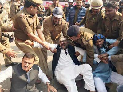 अजय लल्लू को पकड़ती पुलिस (फाइल फोटो)