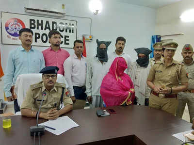 पुलिस की गिरफ्त में लड़कियों की तस्करी के आरोपी।