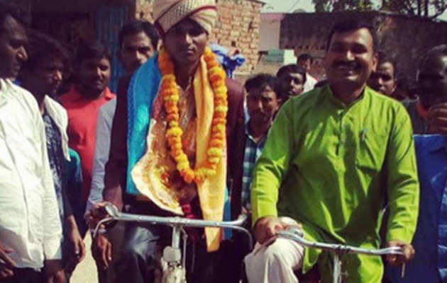 UP: Groom pedals to bride's house in Pratapgarh