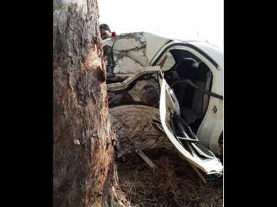 पेड़ से टकराई तेज रफ्तार कार, 5 की मौत