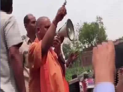 कुशीनगर पहुंचे योगी आदित्यनाथ, प्रदर्शन कर रहे लोगों से 'नौटंकी' बंद करने को कहा