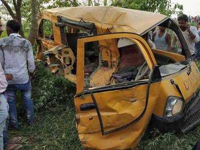 यूपी के कुशीनगर में ट्रेन और स्कूल वैन की टक्कर में 13 मासूमों की मौत