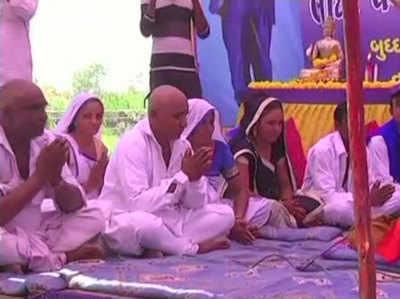 दलित परिवारों ने बौद्ध धर्म स्वीकार कर लिया है।