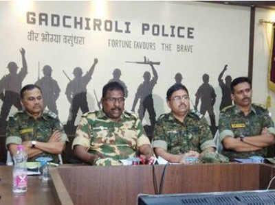 माओवादियों से मुठभेड़ के बाद मीडिया से बात करते अधिकारी