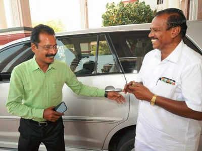 केरल: रिटायर हो रहे ड्राइवर को घर छोड़ने गए कलेक्टर