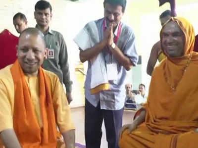 कर्नाटक चुनाव: रामचंद्रपुरा मठ पहुंचे सीएम योगी