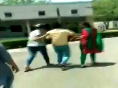 कॉलेज परिसर में ही छात्राओं ने कर दी प्रफेसर की पिटाई।