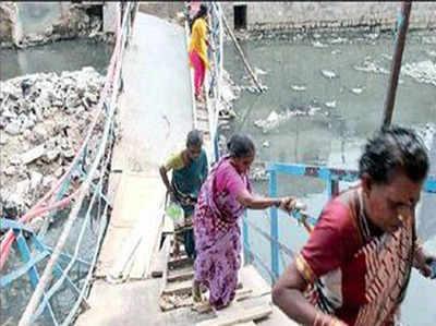पुल ढहने से परेशान लोग