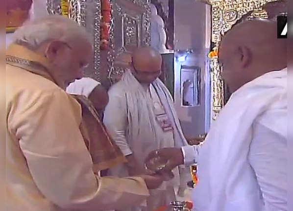 मंदिर में टेका मत्था