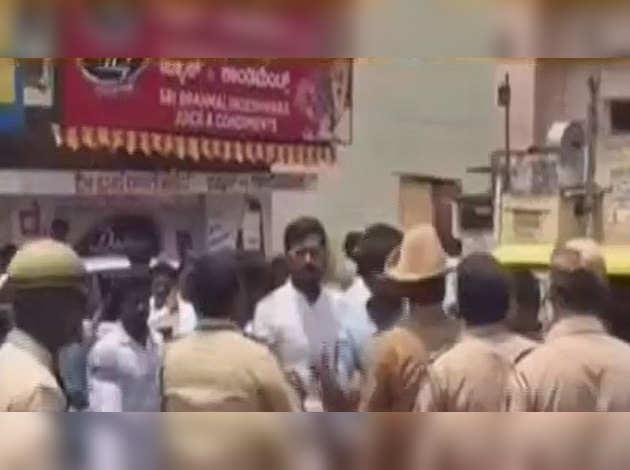 कर्नाटक चुनाव: कांग्रेस कार्यकर्ताओं ने फर्जी वोटर कार्ड बांटे जाने का लगाया आरोप
